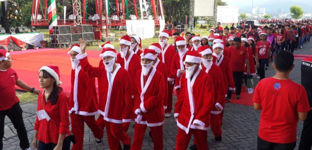 Semarak Parade Santa Disambut Antusias Warga Kota Manado